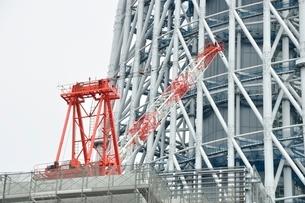 工事現場のタワークレーンの写真素材 [FYI02975452]
