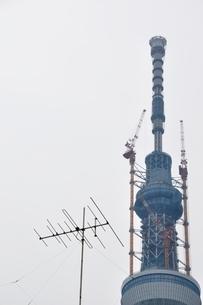 東京スカイツリーとアナログアンテナの写真素材 [FYI02975470]