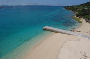 エメラルドグリーンの海と桟橋のある白い砂浜の写真素材 [FYI02975492]