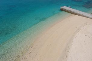 エメラルドグリーンの海と桟橋のある白い砂浜の写真素材 [FYI02975493]
