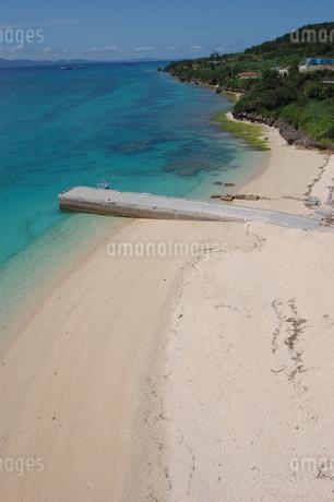 エメラルドグリーンの海と桟橋のある白い砂浜の写真素材 [FYI02975494]