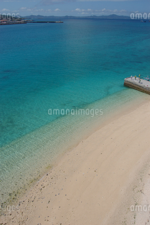 エメラルドグリーンの海と桟橋のある白い砂浜の写真素材 [FYI02975495]