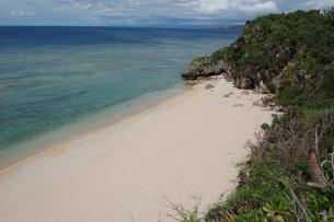 エメラルドグリーンの海と白い砂浜を見下ろすの写真素材 [FYI02975500]