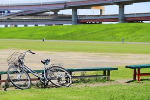 江戸川沿いの高速道路と広場に置き去りの自転車の風景の写真素材 [FYI02975625]