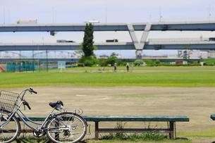 江戸川沿いの高速道路と広場に置き去りの自転車の風景の写真素材 [FYI02975628]
