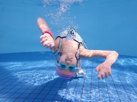プールで泳ぐ女の子(水中)の写真素材 [FYI02975706]