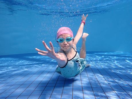 プールで泳ぐ女の子(水中)の写真素材 [FYI02975707]