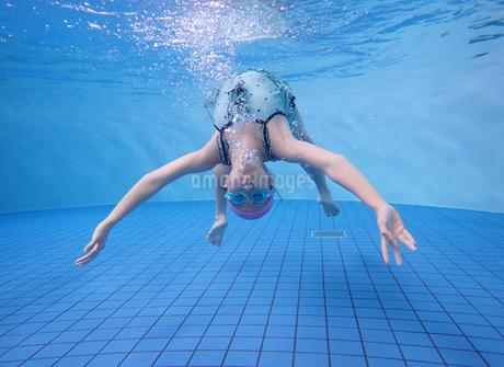 プールで泳ぐ女の子(水中)の写真素材 [FYI02975708]