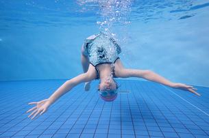 プールで泳ぐ女の子(水中)の写真素材 [FYI02975709]