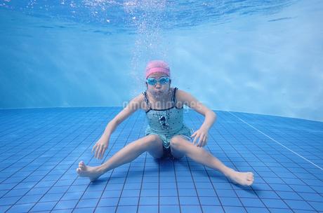 プールで泳ぐ女の子(水中)の写真素材 [FYI02975710]