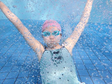 プールで泳ぐ女の子(水中)の写真素材 [FYI02975711]