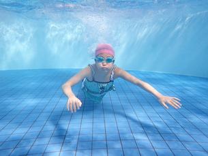 プールで泳ぐ女の子(水中)の写真素材 [FYI02975712]