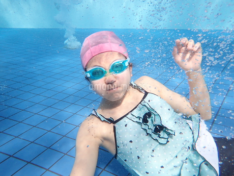 プールで泳ぐ女の子(水中)の写真素材 [FYI02975713]