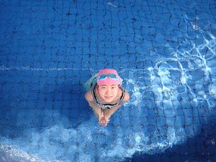 プールで遊ぶ女の子の写真素材 [FYI02975731]