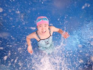 プールで遊ぶ女の子の写真素材 [FYI02975733]