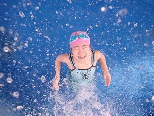 プールで遊ぶ女の子の写真素材 [FYI02975737]