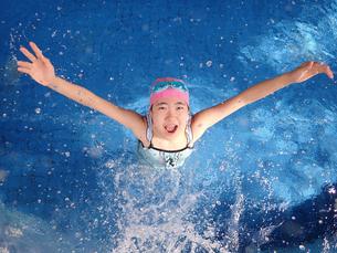 プールで遊ぶ女の子の写真素材 [FYI02975745]