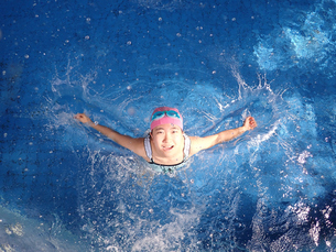 プールで遊ぶ女の子の写真素材 [FYI02975747]