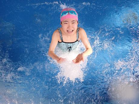 プールで遊ぶ女の子の写真素材 [FYI02975749]