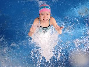 プールで遊ぶ女の子の写真素材 [FYI02975751]