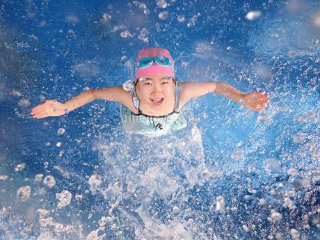 プールで遊ぶ女の子の写真素材 [FYI02975754]