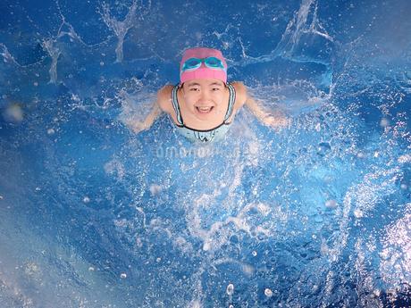 プールで遊ぶ女の子の写真素材 [FYI02975755]