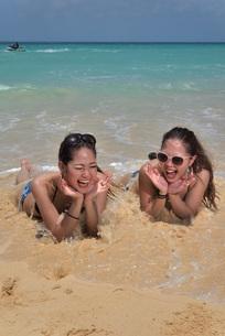 宮古島/ビーチでポートレート撮影の写真素材 [FYI02975771]