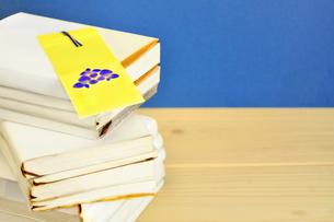 積み重なった本としおりの写真素材 [FYI02975794]