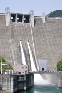 宮ヶ瀬ダムの観光放流の写真素材 [FYI02975857]