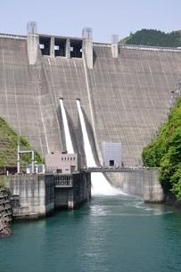 宮ヶ瀬ダムの観光放流の写真素材 [FYI02975859]