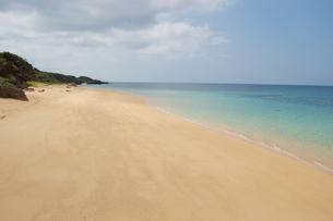 遠浅の広い砂浜と海の写真素材 [FYI02975934]