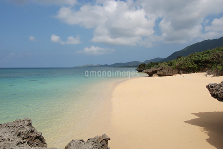 遠浅の広い砂浜と海の写真素材 [FYI02975935]