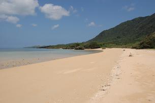 遠浅の広い砂浜と海の写真素材 [FYI02975941]