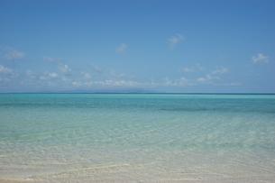 エメラルドグリーンの海と快晴の空の写真素材 [FYI02975955]