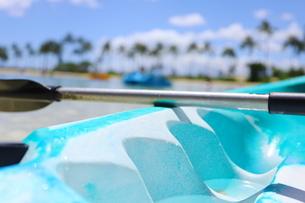 ハワイ オアフ島 ワイキキビーチの手漕ぎボートとオールの写真素材 [FYI02976004]