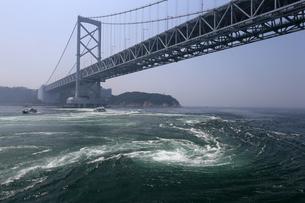鳴門海峡大橋と鳴門の渦潮の写真素材 [FYI02976067]