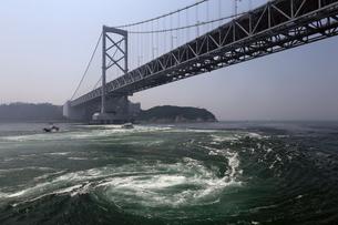 鳴門海峡大橋と鳴門の渦潮の写真素材 [FYI02976069]