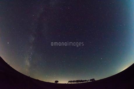 北の星空と天の川 美瑛町の写真素材 [FYI02976202]