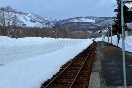 北海道比羅夫駅からの冬の風景の写真素材 [FYI02976236]