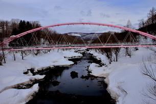 北海道比羅夫付近の尻別川のピンクの鉄橋の風景の写真素材 [FYI02976266]