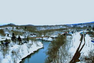 北海道ニセコ大橋よりの尻別川の風景の写真素材 [FYI02976277]