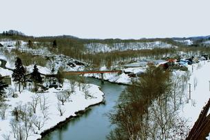 北海道ニセコ大橋よりの尻別川の風景の写真素材 [FYI02976278]