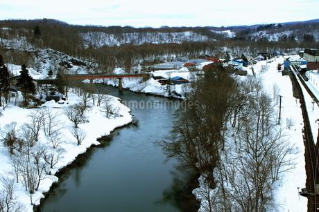 北海道ニセコ大橋よりの尻別川の風景の写真素材 [FYI02976285]