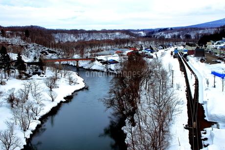 北海道ニセコ大橋よりの尻別川の風景の写真素材 [FYI02976286]