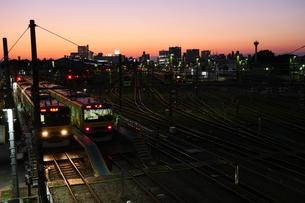 暮れゆく電車庫の写真素材 [FYI02976288]