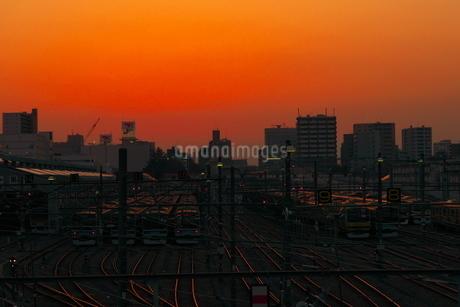 夕映えの電車庫と都市の写真素材 [FYI02976297]