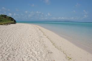 エメラルドグリーンの海と白い砂浜の写真素材 [FYI02976327]