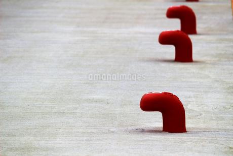白い埠頭に並んだ赤いボラードの写真素材 [FYI02976486]