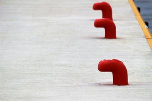 白い埠頭に並んだ赤いボラードの写真素材 [FYI02976487]
