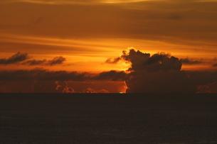母島のグリーンフラッシュの写真素材 [FYI02976572]
